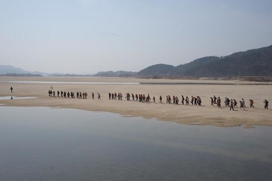 2008년 3월의 종교인 생명의강 순례 당시의 해평습지의 모습. 드넓게 펼쳐진 모래톱이 너무나 인상적이다. 그런데 저 모래톱이 거의 대부분 사라진 것이다.