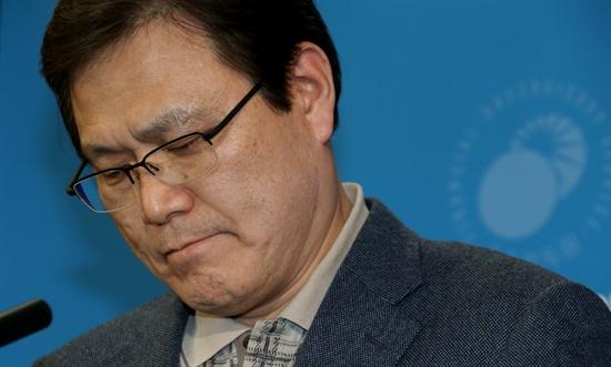 최종구 금감원 수석부원장이 19일 금감원에서 금융권 고객정보유출에 대해 브리핑하기 전 입을 굳게 다물고 있다.