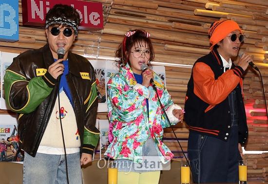 코요태, '복고스럽게 인사' 데뷔 17주년을 맞은 혼성그룹 코요태의 김종민, 신지, 빽가가 21일 오후 서울 서교동의 한 카페에서 연 미니앨범 '1999' 발표 기자간담회에서 인사를 하고 있다. 코요태의 새 미니앨범 '1999'의 동명 타이틀곡 '1999'는 프로듀서이자 작곡가인 이단옆차기의 곡으로 흥겨움과 추억으로의 여행을 겸비한 사운드와 가사를 조화시켜 코요태다운 스타일과 사운드를 보여주고 있다.