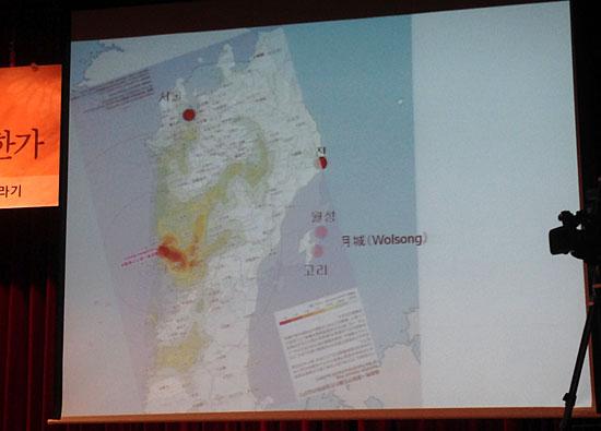 일본 탈핵 전문가 고이데 히로아키는 22일 국회도서관 강당에서 열린 강연회에서 후쿠시마 원전을 중심으로 반경 수백km에 걸친 일본 방사능 오염 지도와 축척이 비슷한 한국 지도를 겹쳐 보여줬다.