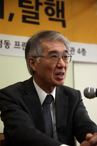 일본 탈핵 전문가 고이데 히로아키가 기자간담회에서 취재진의 질문에 답하고 있다.