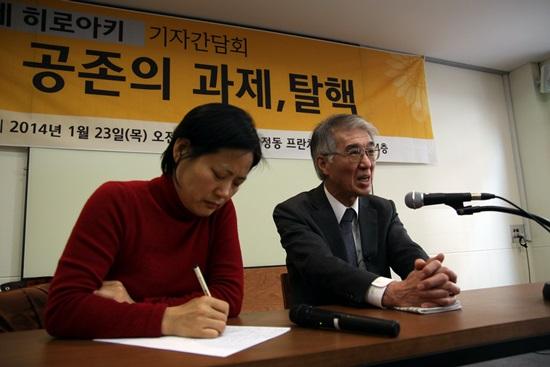 고이데 히로아키가 취재진의 질문에 답하는 동안 통역을 맡은 김복녀씨가 발언을 정리하고 있다.