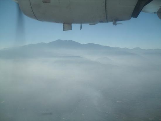 비행기와 산 카트만두에서 루크라까지 가는 타라항공(Tara Air)에서 본 네팔 남쪽의 모습