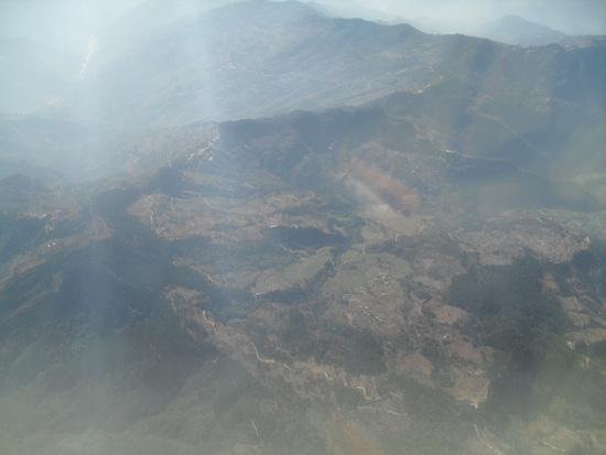 산과 계단식 경작지 타라항공 경비행기를 타고 가며 본 산 풍경