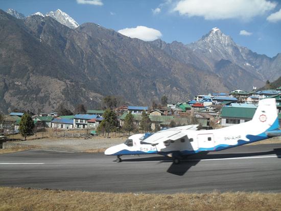 루크라와 공항 루크라와 텐징 힐러리 공항에서 이륙하려는 비행기