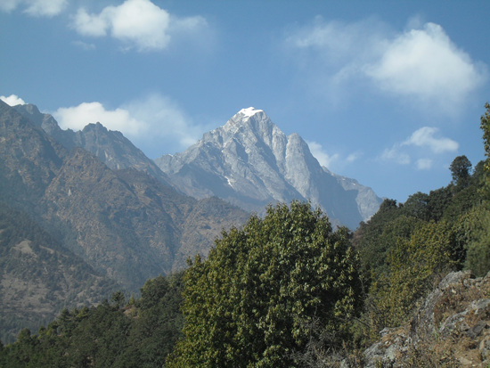 산 머리에 흰 눈을 인 바위 산