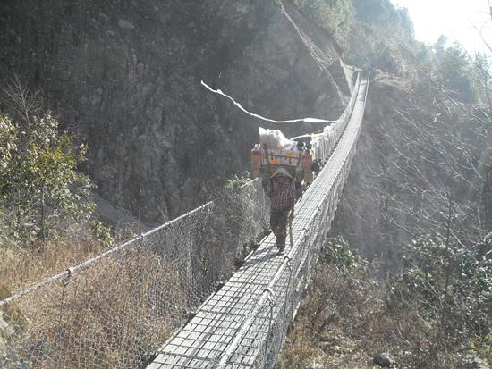 다리 타도 코시 콜라를 건너는 강철케이블로 된 다리