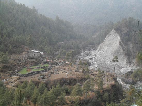 무너진 산 급경사와 퇴적지형으로 인해 곳곳에서 산사태가 발생중이다.