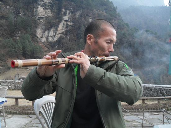 이맹로 팍딩스타롣지 마당에서 대금을 연습