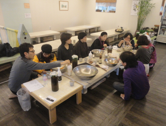 만든 고추장으로 비빔밥을 먹은후 담소를 나누고 있는 참가자들