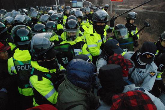 26일 오전 밀양시 상동면 고답저수지 인근에서 마을로 진입하려는 주민·희망버스 참가자들과 경찰이 부딪치는 몸싸움이 벌어졌다.