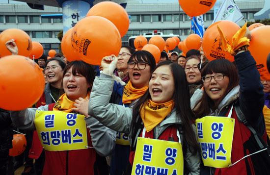 25일 오후 경남 밀양시청 앞에서 송전탑 공사를 반대하는 '2차 밀양 희망버스' 집회가 진행되는 가운데 남원·서울·부산·대구에서 온 학생들이 공연에 환호하고 있다.