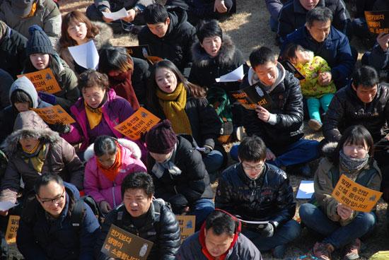 26일 참가자들은 밀양 할머니들이 가요 '황진이'를 개사해 불렀던 '송전탑 백지화송'을 배우고 있다.