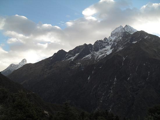 아마 다블람과 캉테가 아마 다블람(Ama Dablam. 6,814m. 왼쪽 봉우리)과 캉테가