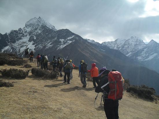 산행 에베레스트 뷰 호텔(3,875m)에 가며 급한 경사를 오르고 만나는 안부