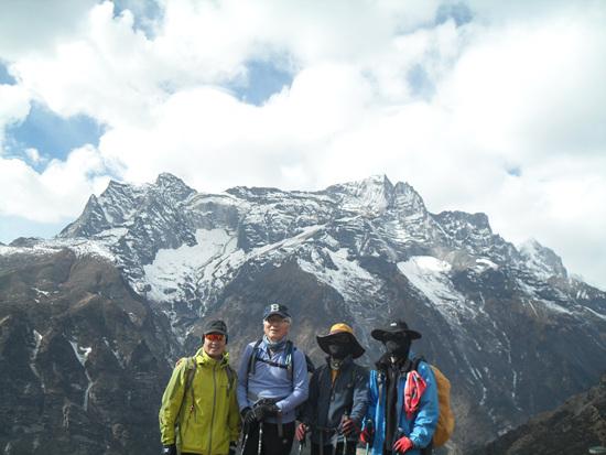산을 배경으로 왼쪽부터 최성, 김용대, 정이환, 최재원
