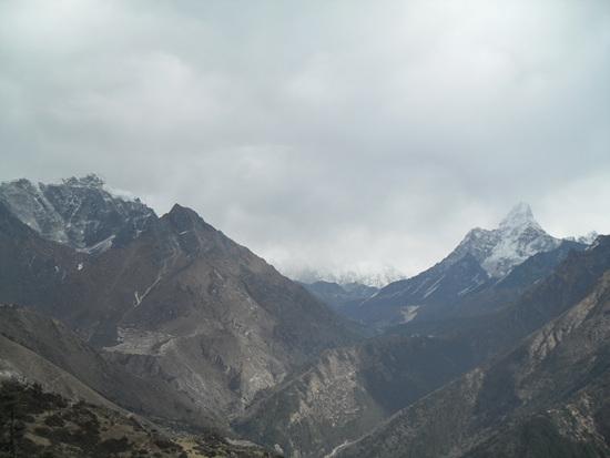 구름에 가려 보이지 않는 에베레스트 구름에 가려 보이지 않지만 산은 분명히 그 곳에 있다.