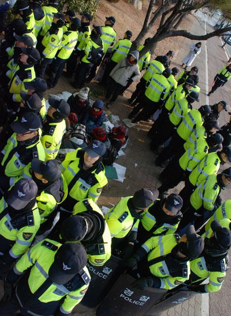같은 장소에서 사진을 찍었다. 오늘은 어제보다 더 경찰의 포위망이 좁아졌다.