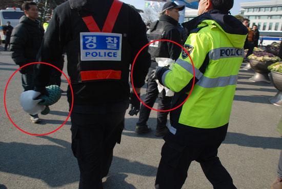 오늘은 돗자리 하나를 들이려는 주민과 이것을 빼앗아 가려는 경찰과의 밀고 당기는 전쟁이 지속되었다. 경찰이 돗자리와 일회용 비옷을 빼앗아 가고 있다.