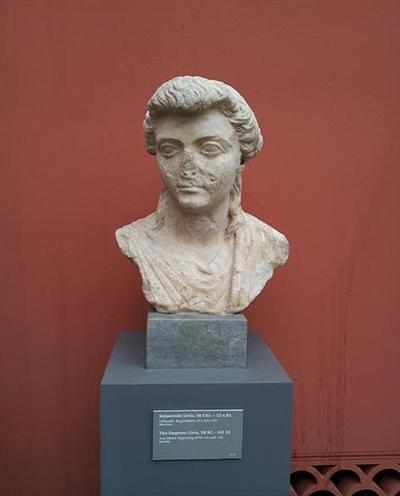 아우구스투스의 처 리비아(코펜하겐 칼스버그 박물관) 리비아는 클라우디우스의 처로서 아들 티베리우스를 낳고 임신 중이었음에도 아우구스투스의 아내가 되었다. 그런 비상식적인 결혼은 로마의 권력층에서는 흔한 일이었다. 하지만 아우구스투스의 결혼은 단순히 정략적인 것만은 아니었던 것 같다. 이들 부부는 50년 이상 해로했고 아우구스투스는 그녀의 품 안에서 최후의 순간을 맞이했다.