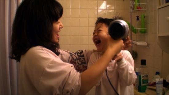다큐멘터리 영화 <마이 플레이스>의 한 장면. 비혼모가 된 여동생과 조카 소울