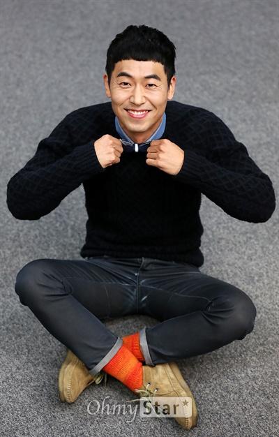 모델 윤기창이 20일 오후 서울 상암동 오마이스타 사무실에서 인터뷰에 앞서 포즈를 취하고 있다.