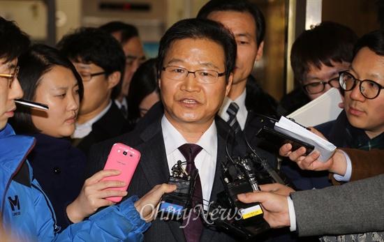 무죄 선고 받은 김용판 국정원 대선개입 사건 은폐혐의로 재판을 받아온 김용판 전 서울경찰청장이 6일 오후 서울중앙지법에서 무죄를 선고받은 뒤 법정을 나오고 있다.