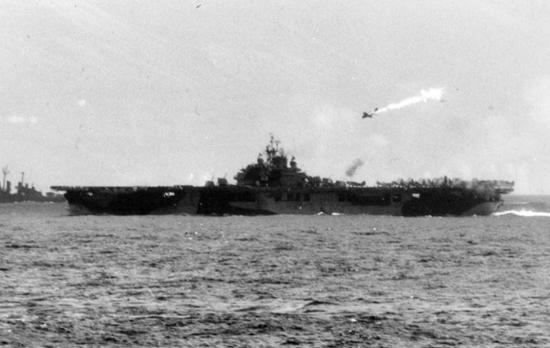 가미카제가 탑승한 제로센이 미 군함을 향해 돌진하는 모습