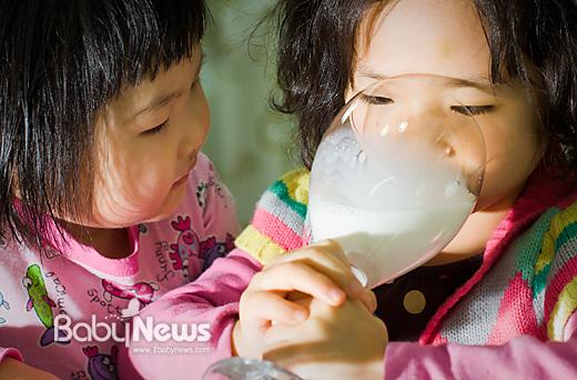 '우유는 보약일까? 독약일까?' 최근 EBS에서 우유의 유해성을 지적하는 방송이 다뤄지면서 우유를 둘러싼 논란이 확산되고 있다.