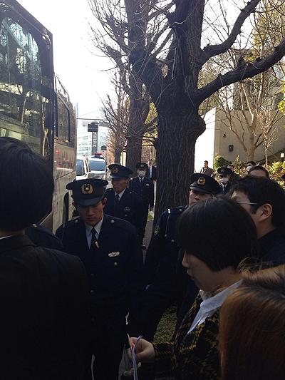 오후 2시 50분경 일본 내각부 청사에 도착하자마자 일본 경찰이 안전을 이유로 2·8도쿄원정대의 방문을 막아서고 있다.