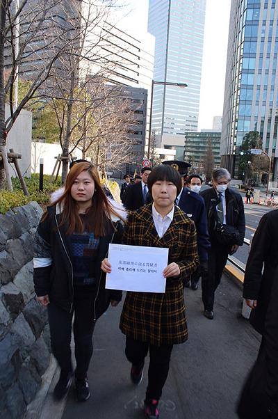 2·8 도쿄원정대가 아베 총리에게 전하는 질의서를 들고 내각부로 가고 있다.