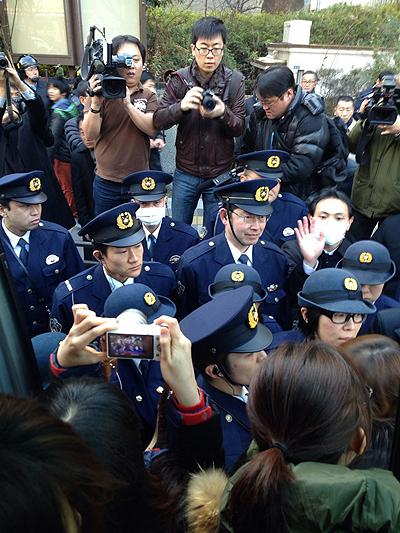 2·8 도쿄원정대가 야스쿠니 신사 앞에 도착했으나 경찰들의 저지로 버스에서 내리지도 못하고 있다.
