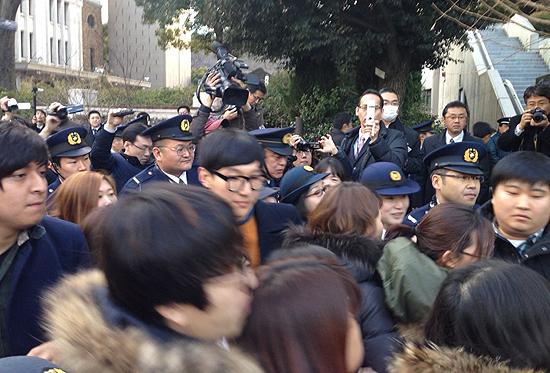 경찰이 2·8 도쿄원정대의 방문을 계속해서 제한하고 있는 가운데, 플래카드 소지 문제를 두고 크고 작은 몸싸움이 벌어지고 있다.