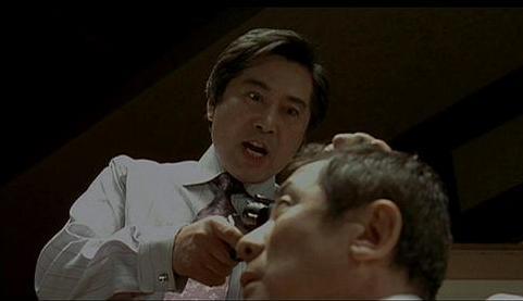 김부장이 각하의 머리에 총구를 겨누고 있다