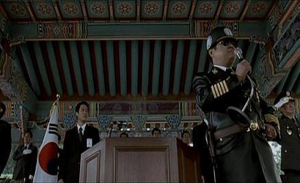 차 실장이 국기하기식을 지휘하고 있다