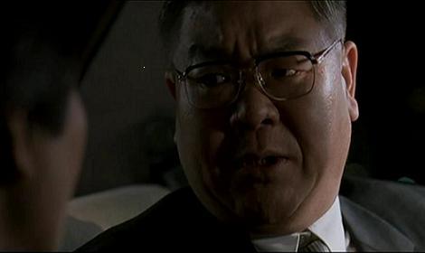 정 총장이 김 부장에게 육본으로 가자고 설득하고 있다