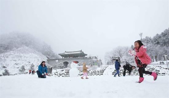눈이 내린 9일 경남 함양군 휴천면 지리산제일문 오도재 정상을 찾은 관광객들이 눈을 굴리며 즐거운 휴일을 보내고 있다.