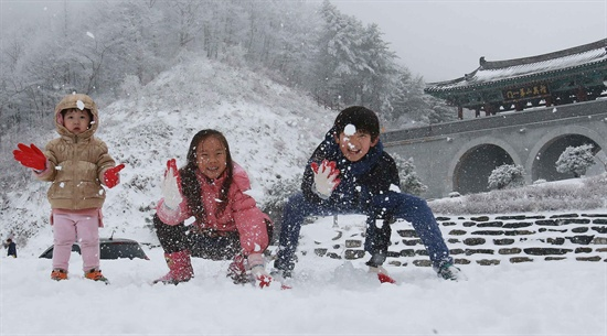 눈이 내린 9일 경남 함양군 휴천면 지리산제일문 오도재 정상을 찾은 관광객들이 즐거운 휴일을 보내고 있다.