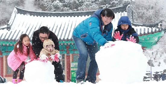 눈이 내린 9일 경남 함양군 휴천면 지리산제일문 오도재 정상을 찾은 관광객들이 눈굴리기를 하며 즐거운 휴일을 보내고 있다.