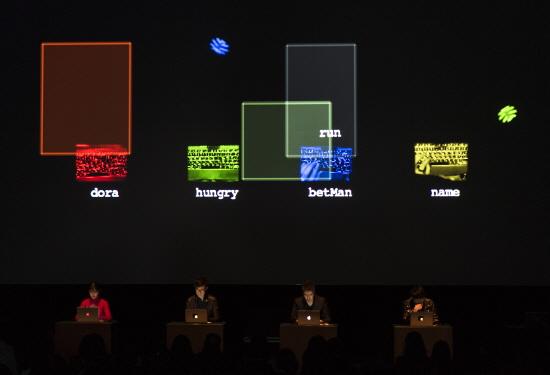 태싯그룹의 'tacit.perform[3]' 중 'Space'. 관객들은 연주자의 손을 보며 소리가 만들어지고 변화하는 게임과정을 지켜본다.