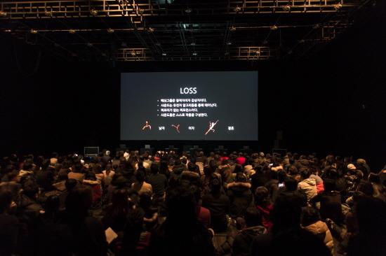 각 음악의 시작 전 스크린에 간단한 작품설명을 보여주어, 일반인에게 생소한 알고리듬 아트 형태의 태싯그룹의  작품에 대한 이해를 돕는다. 작품 'LOSS'에 대한 설명.
