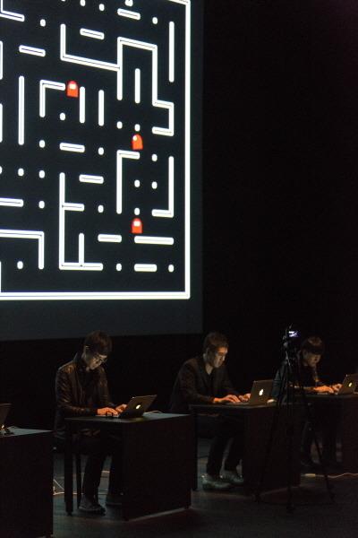 'SIX PACMEN' 공연중인 태싯그룹 멤버 장재호, 가재발(이진원), 조태복(왼쪽부터). 무대에서 나란히 책상 위 컴퓨터로 소리와 이미지를 만들고 제어하는 방식이 일반 관객에게는 낯설기도 신기하기도 하다.