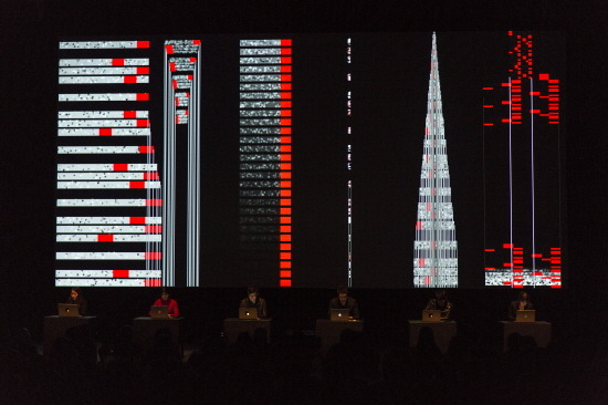 'DRUMMING'. 스티브 라이히 음악을 연주자들이 즉흥적으로 리듬과 음색을 변화시키고, 이것이 스크린에 막대기 모양으로 보여진다.