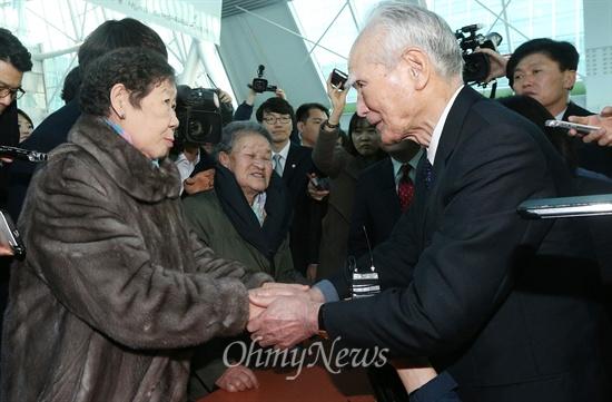 """2박3일의 일정으로 한국을 찾은 무라야마 도미이치(村山 富市) 전 일본 총리가 11일 오후 서울 여의도 국회의사당 의원회관에서 개막한 일본군 위안부 피해자 할머니 작품 전시회 '할머니의 이름으로 평화를 그리다' 전시장을 방문, 강일출 할머니의 손을 잡으며 위로하고 있다. 1990년대 중반 81대 일본 총리를 지낸 무라야마 전 총리는 2차 세계대전 종전 50주년 기념일 당시 """"식민지 지배와 침략으로 아시아 제국의 여러분에게 많은 손해와 고통을 줬다. 의심할 여지없는 역사적 사실을 겸허하게 받아들여 통절한 반성의 뜻을 표하며 진심으로 사죄한다""""는 취지의 '무라야마 담화'를 발표한 바 있다."""