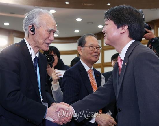 무라야마 도미이치 전 일본 총리가 12일 국회 의원회관에서 '올바른 역사인식을 위한 한일관계 정립'을 주제로 강연하기 앞서 안철수 무소속 의원과 인사하고 있다.