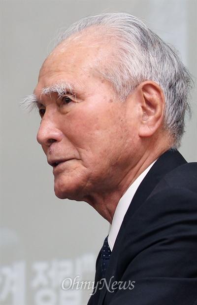 정의당 초청으로 방한한 무라야마 도미이치 전 일본 총리가 12일 국회 의원회관에서 '올바른 역사인식을 위한 한일관계 정립'을 주제로 강연하고 있다.