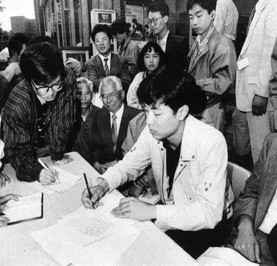 1991년 5월 27일 강기훈씨가 명동성당에서 필적실연을 해보이고 있다.