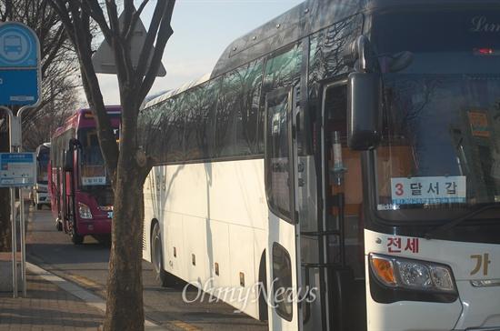 홍지만 새누리당 국회의원은 국회에서 12일 자신의 책 <폴리널리스트> 출판기념회를 갖기 위해 자시의 지역구인 달서구 주민 300여 명을 45인승 버스 7대로 동원해 비난이 일고 있다.