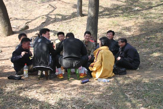 공원에서 야유회하는 북한 사람들. 맥주병으로 만든 간이 의자 때문에 찰칵~