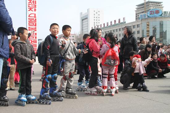 평양 아이들 사이에 롤러브레이크가 인기였다.